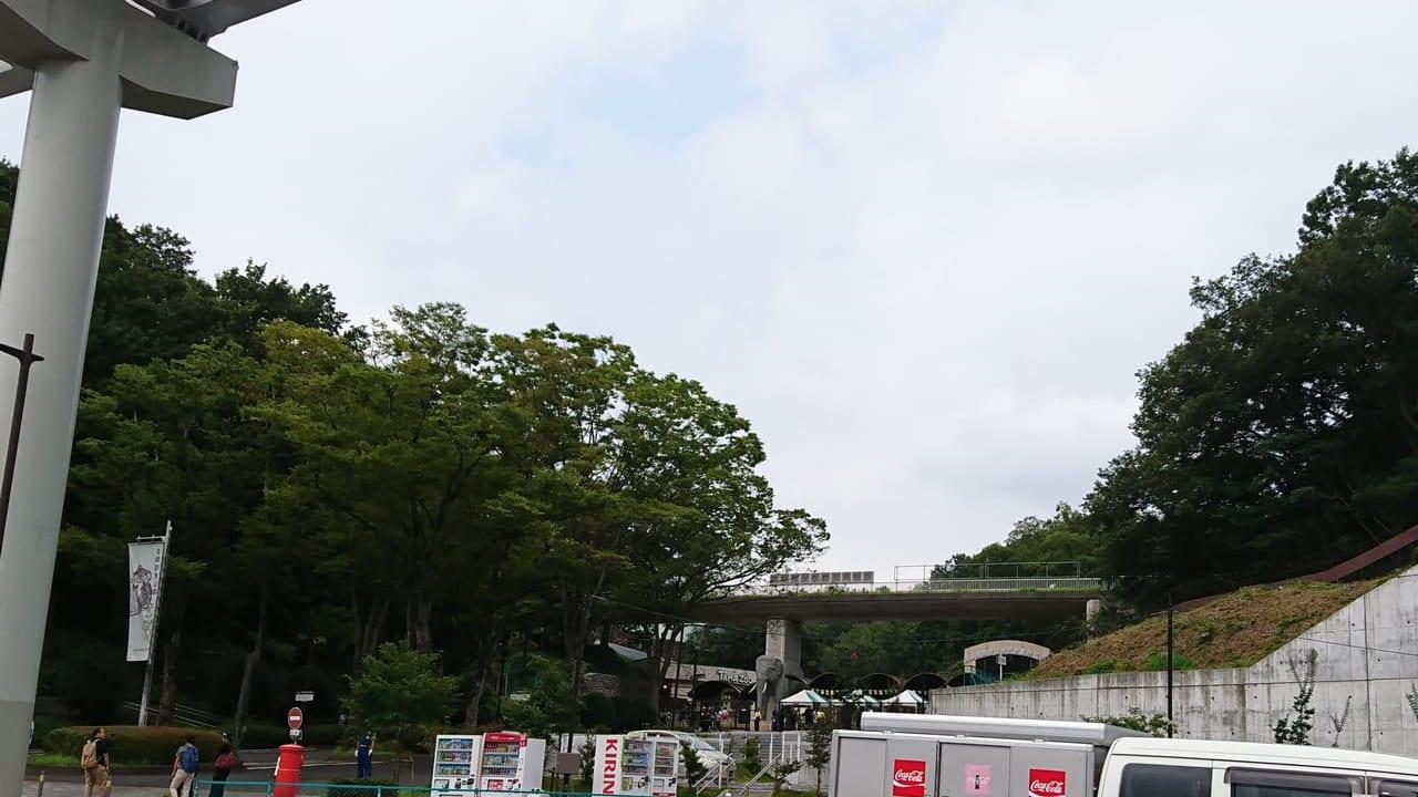 多摩動物公園の正門前