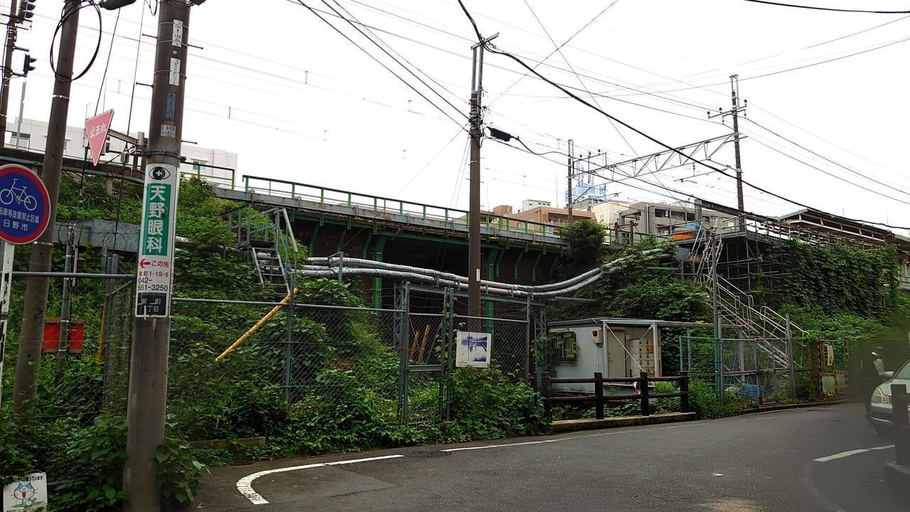 コープ日野駅前店あたりから撮影した日野駅のホーム